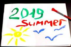 Лето 2019 и солнце и чайки покрашены с щеткой и гуашью на белом листе альбома стоковое изображение rf