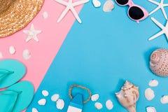 Лето и тема объектов пляжа на живой предпосылке Стоковые Изображения RF