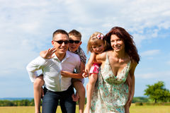 лето лужка семьи счастливое Стоковые Фото