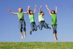 лето малышей группы лагеря скача Стоковые Изображения RF