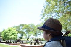 Лето милого мальчика идя внешнее Стоковая Фотография
