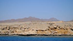 Лето, море, красивый seascape Горы и море Сочетание из пустыня и море акции видеоматериалы
