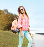 Лето, мода и концепция людей - довольно стильная девушка битника стоковые фотографии rf