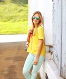 Лето, мода и концепция людей - довольно стильная женщина стоковые фотографии rf