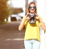 Лето, мода и концепция людей - усмехаясь милая девушка Стоковые Изображения RF