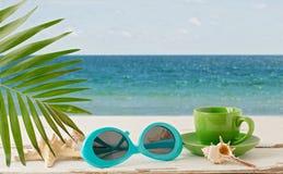 лето неба seascape моря голубых утесов Ослабьте на пляже, чашке кофе и sunglas Стоковое фото RF
