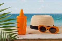 лето неба seascape моря голубых утесов Ослабьте на пляже, sunblock, шляпе и апельсине su Стоковая Фотография RF