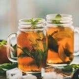 Лето освежая холодный чай льда персика на подносе с льдом Стоковые Фотографии RF
