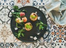 Лето освежая холодный чай льда персика в опарниках на подносе Стоковое Изображение