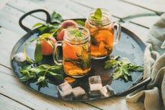 Лето освежая холодный чай льда персика на деревенском деревянном столе Стоковая Фотография RF