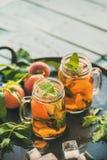 Лето освежая холодный чай льда персика на таблице, космосе экземпляра Стоковое Изображение RF