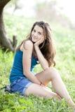 лето парка девушки брюнет Стоковые Фотографии RF