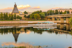 Лето 2016 парохода удовольствия Olginsky моста Velikaya реки Пскова Стоковое Изображение RF