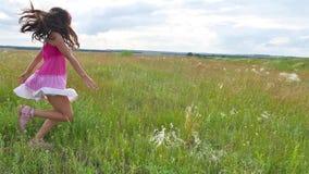 Лето подростка девушки Подросток движения девушки идя на образ жизни поля зеленой травы Стоковая Фотография RF