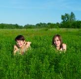 лето положения зеленого цвета травы девушок Стоковая Фотография RF