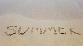 Лето слова на песке который обтер отчасти морским путем волну сток-видео