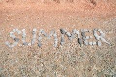 Лето слова составленное от камушков моря Стоковое Фото