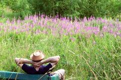лето софы остальных зеленого человека поля свободное Стоковые Фото