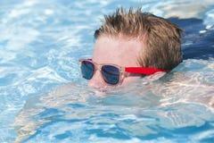 Лето солнечных очков бассейна мальчика Стоковая Фотография