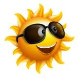 Лето Солнце смотрит на с солнечными очками и счастливой улыбкой