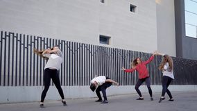 Лето, спорт, танцы и подростковая концепция образа жизни - группа в составе скакать подростков акции видеоматериалы