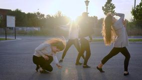Лето, спорт, танцы и подростковая концепция образа жизни - группа в составе скакать подростков сток-видео