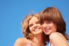 лето усмешки неба девушок сторон Стоковая Фотография