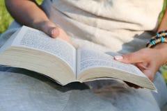 лето чтения Стоковые Фотографии RF