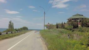 Лето Autotravel к югу от Крыма Красивый ландшафт горы около Чёрного моря сток-видео