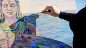 Лето, outdoors, конец-вверх женских рук художника она прикладывает краску к холсту с специальным малым шпателем акции видеоматериалы