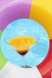 лето poolside коктеила стоковое изображение