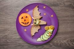 Летучая мышь и змейка хеллоуина сделанные из хлеба и огурца Стоковое Изображение