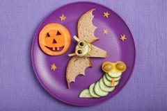 Летучая мышь и змейка хеллоуина сделанные из хлеба и огурца Стоковая Фотография