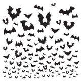 Летучая мышь хеллоуина летания Муха силуэта стада летучих мышей пещеры на небе Страшная иллюстрация предпосылки вектора flittermo иллюстрация штока