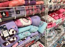 ЛЕТУЧАЯ МЫШЬ ЯМ, ИЗРАИЛЬ 11-ОЕ ДЕКАБРЯ 2017: Продажа теплой зимы одевает в магазине Стоковое Изображение