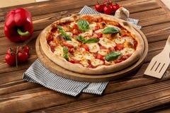 Летчик и плакат для ресторанов или pizzerias, шаблона с очень вкусной пиццей маргариты вкуса, сыром моццареллы, томатами вишни стоковая фотография rf