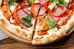 Летчик и плакат для ресторанов или pizzerias, шаблона с очень вкусной пиццей вкуса стоковые изображения