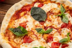 Летчик и плакат для ресторанов или pizzerias, шаблона с очень вкусной пиццей маргариты вкуса, сыром моццареллы, томатами вишни стоковое фото rf