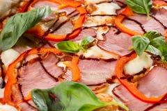 Летчик и плакат для ресторанов или pizzerias, шаблона с очень вкусной пиццей вкуса стоковое фото