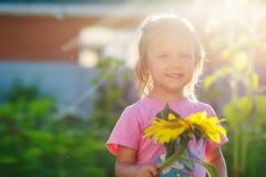 Леты девушки солнцецвета Стоковые Изображения