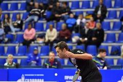 Леты Оренбурга, России - 28-ое сентября 2017: мальчик состязается в настольном теннисе игры Стоковое Изображение