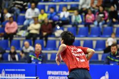 Леты Оренбурга, России - 28-ое сентября 2017: мальчик состязается в настольном теннисе игры Стоковые Фото