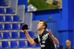 Леты Оренбурга, России - 28-ое сентября 2017: мальчик состязается в настольном теннисе игры Стоковые Изображения