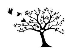 Летящие птицы на векторе дерева, дерево с сердцем, этикетами стены, оформлением стены, силуэтом летящих птиц, птицами на ветви бесплатная иллюстрация
