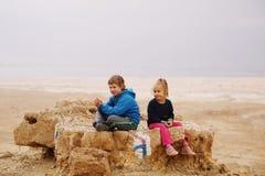 5 лет девушки с ее аутистическими 8 летами старого брата стоковые фотографии rf