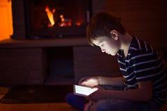 8 лет старого мальчика используя цифровую таблетку стоковые изображения rf