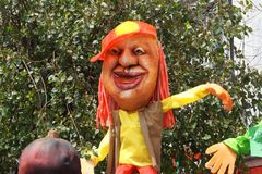 ` Лет ` старое Они handmade куклы сделанные газеты или губки, на полночи они горятся для того чтобы отпраздновать Новый Год Стоковые Изображения
