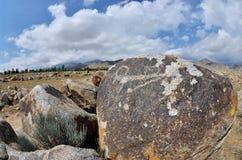 3000 лет старых петроглифов, картин утеса показывая козу горы, Cholpon Ata, берег озера Issyk-Kul, Кыргызстан, центральный как стоковое фото rf