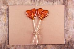 Леденец на палочке 2 в форме сердца и старый дневник с пустыми страницами Стоковое Изображение