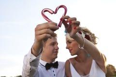 Леденец на палочке сердца конфеты Groom невесты стоковые изображения